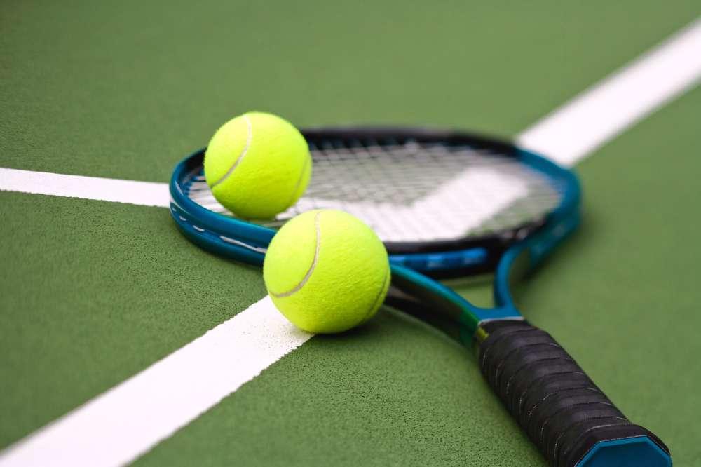 Quà tặng là chiếc vợt tenis giúp chàng tập luyện để khỏe hơn