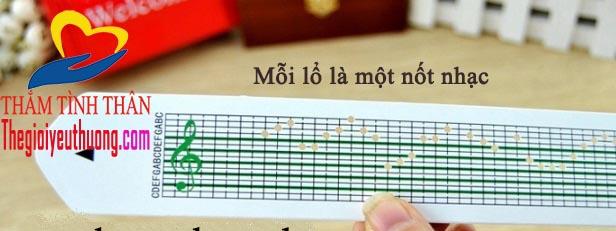 hộp nhạc gỗ đọc nhạc thông qua các lổ được đục dẵn trên băng giấy