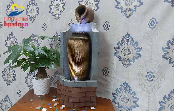 Góc nhìn nghiêng sản phẩm đài phun nước nghệ thuật mini chum Gơn Sóng