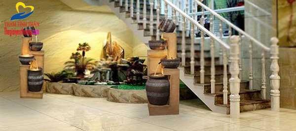 Cách bố trí thác nước phhong thủy sân vườn mini tại Góc cầu thang
