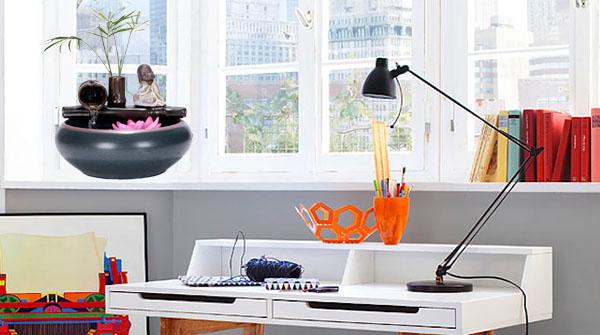 Tác nước phong thủy mini bằng gốm so dáng bên cửa sổ