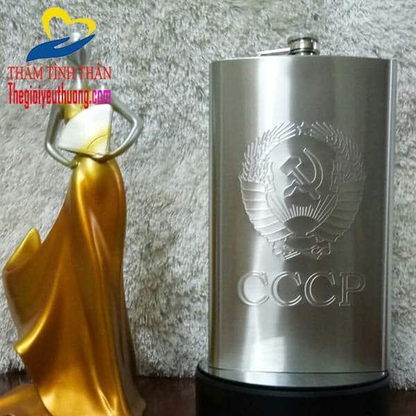 Lô gô CCCP được dập ở mặt trước Bình rượu INOX 64 OZ
