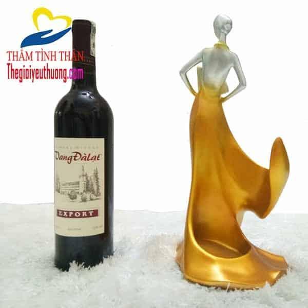 Kệ rượu vang để bàn Thiếu nữ dự Vũ Hội