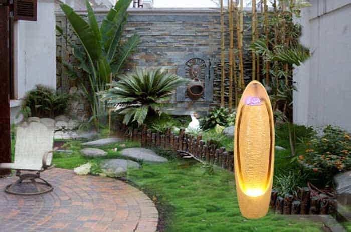 Sân vườn rộng mở với thác nước phong thủy