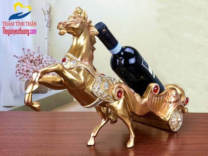 Kệ rượu vang để bàn Tuấn mã kéo CHiến Xa